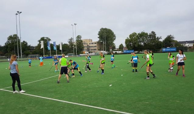 Het G-hockeyteam traint iedere zondagmorgen onder de bezielende leiding van Dames 1-spelers.