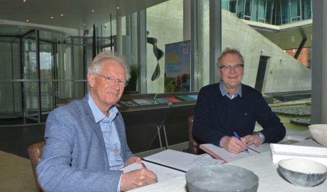 Bestuurder Ruud Maarschall van HHNK en wethouder Hans Heddes van gemeente Schagen ondertekenen het afvalwaterakkoord.