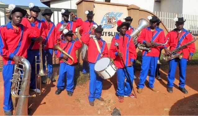 De uniformen van de opgeheven drumband zijn geschonken aan een enthousiaste groepmuzikanten in Huyslicni, Entebbe in Oeganda.