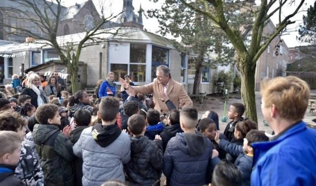 Een rondje fietsparcours en leerlingen geven de wethouder een high five.