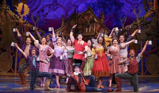 Dejongeren van de Beemster musicalvereniging BOTT vertolken hun eigen versie van de musical Belle en het Beest.