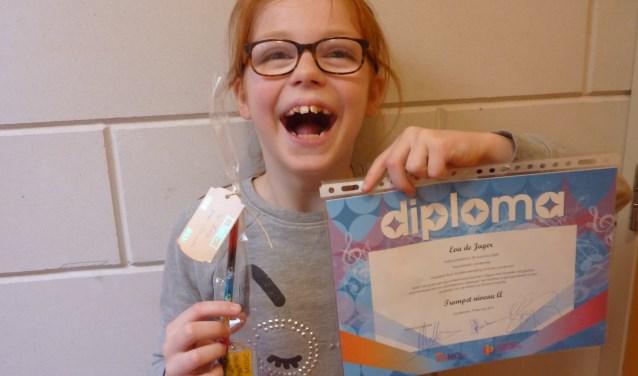 Eva de Jager laat trots haar diploma zien.