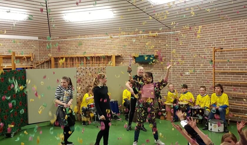 De Afrikaanse dans door leerlingen van groep 8 ondersteund door een slagwerkgroep in het theater van de Fancy Fair.