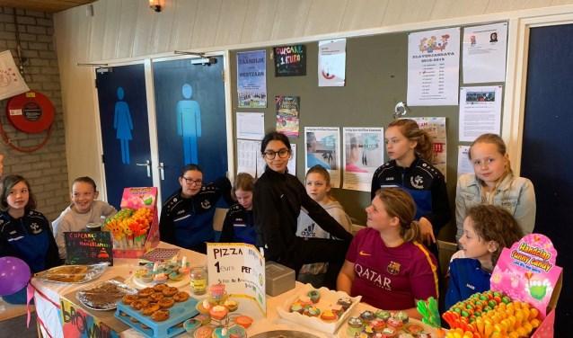 Deze zelfgebakken etenswaren van de meisjes O-13 van ZVV Zaandijk vonden gretig aftrek.
