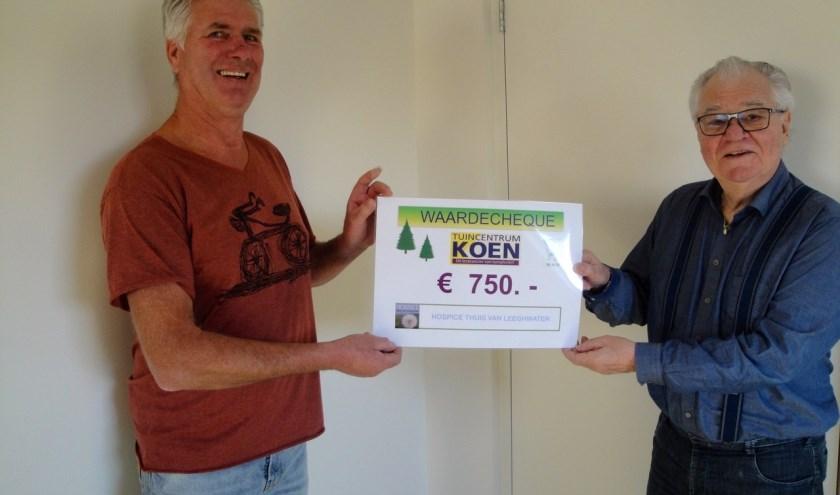 Uitreiking van de sponsorcheque door Tuincentrum Koen bij de Os.