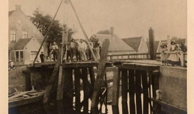 Vernieuwen brug over Grote Sloot, circa 1900.