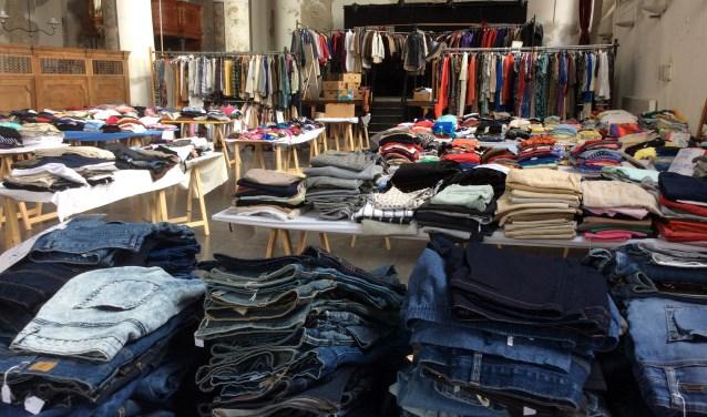 Heel veel kleding is te vinden op de lentemarkt in Medemblik.