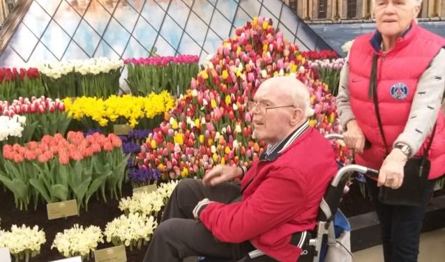 De ouderen genieten in de Lentetuin in Breezand.