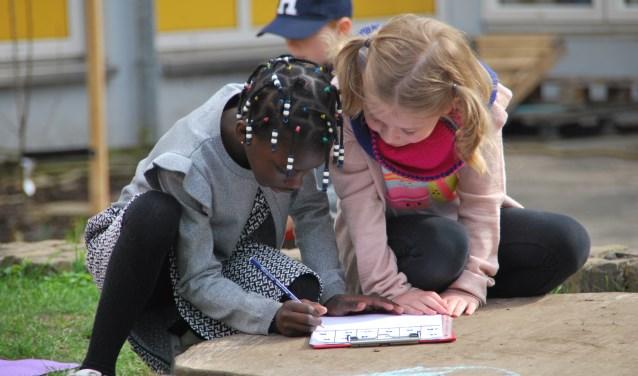 Kinderen die les krijgen in de buitenlucht kunnen de lesstof vaak beter onthouden.