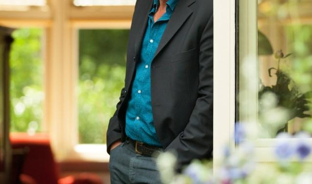 De Bergense schrijver Sjoerd Kuyper presenteert in de Ruïnekerk zijn nieuwste jeugdroman Bizar.