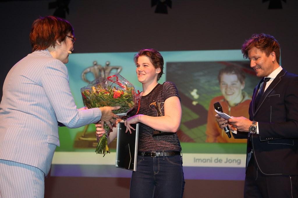 Wethouder Mieke Booij reikt de prijs uit aan het winnende talent Imani de Jong.  (Foto: Rowin van Diest) © rodi
