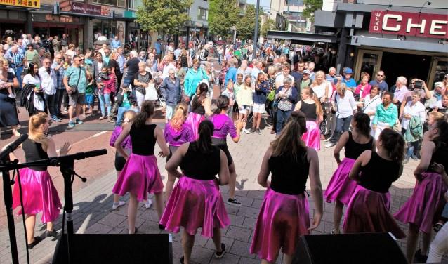 De danseressen trekken op de Cultuurmarkt veel aandacht.