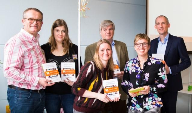 Het eerste exemplaar van het boek is uitgereikt aan (v.l.n.r.) Hubert-Jan de With, Fleur de Jager, Melanie Breed, Joop Berendsen, Mariëlle Bonfrer en Jeroen Coops.