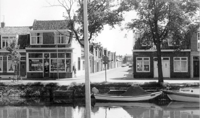 Pand van drogisterij De Gaper aan de Spoorgracht, hoek Gasstraat.