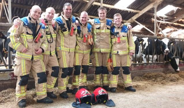 V.l.n.r. Jeroen Dral, Fokko de Boer, Martijn Schiphorst, Branco de Boer, Jan Arends en Sam de Joode, trotse brandweermannen van Oostzaan, die de Muus Tromp-bokaal pakten.