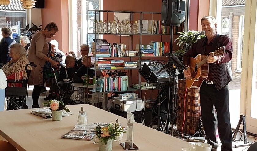 Zanger Peter geeft een optreden tijdens de opening.