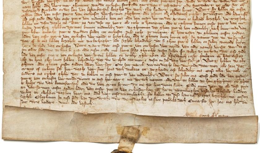 De originele oorkonde waardoor Hoorn 663 jaar geleden vanWillem V stadsrechten kreeg.