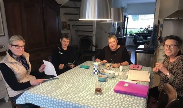 De laatste schrijfmiddag. V.l.n.r. Ria van der Haar, Lidy Ridder, Marina Stil, Mieke ter Brake.