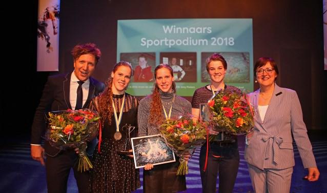 Presentator Klaas van Kruistum, Bregje en Noortje de Brouwer, Imani de Jong en wethouder Mieke Booij.  (Foto: Rowin van Diest) © rodi