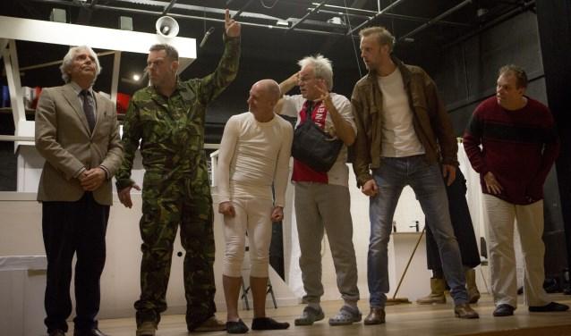 De groep patiënten ontworstelt zich onder leiding van herrieschopper Max (Niek van Langen) aan de orde en macht van zuster Werner.
