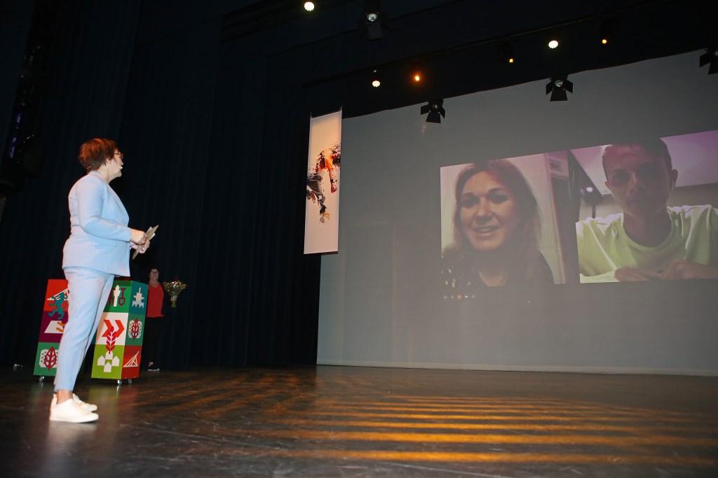 Via Skype krijgt Amy Pieterse te horen, dat zij dé Topsporter van 2018 is geworden.  (Foto: Rowin van Diest) © rodi