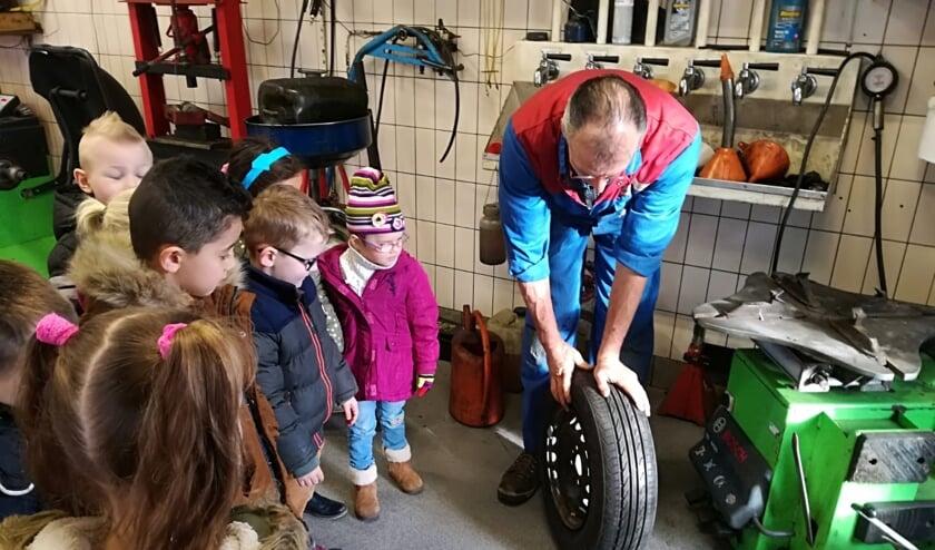 Peuters en kleuters werken met techniek en garage.