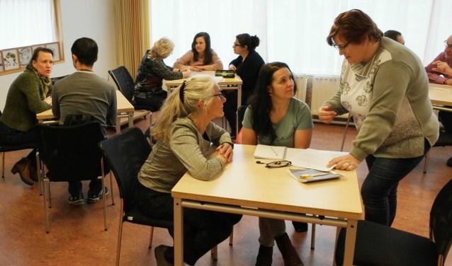 Nederlandse vrijwilligers en anderstalige buurtbewoners ontmoeten elkaar.