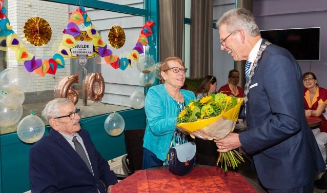 Bloemen van de burgemeester voor het bruidspaar.