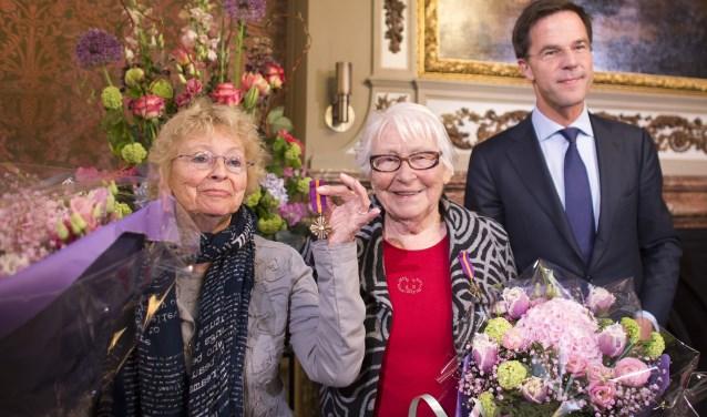 Op 15 april 2014 ontvingen Oversteegen en haar zus allebei het Mobilisatie-Oorlogskruis uit handen van minister-president Mark Rutte.