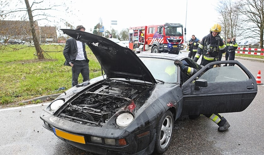 Vlammen in de motor hebben de Porsche 928-S4 flink beschadigd.