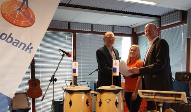 Rabobank en De Grote Prijs bezegelen de nieuwe sponsorovereenkomst.