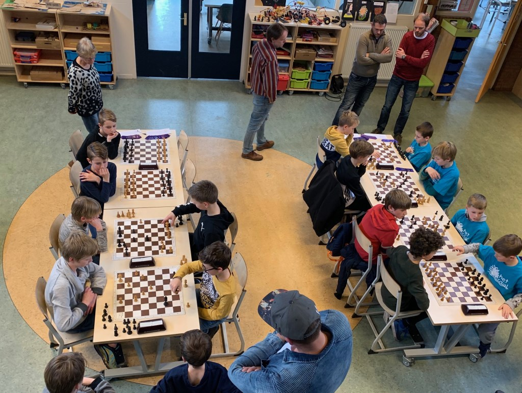 De schakers in actie. Vier scholen: Het Koraal, de Bijenkorf, Westerkim en de Werf. Foto: Susan Rozemeijer © rodi
