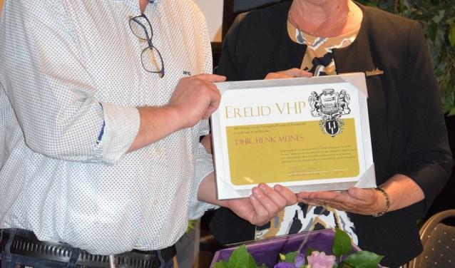 Henk Meines kreeg van voorzitter Tineke Abercrombie-Schoorl het certificaat met het erelidmaatschap overhandigd.