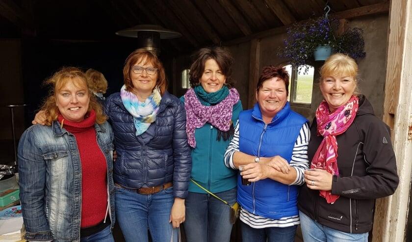 Van links naar rechts Anja Vlaar, Karin Schilder, Annemieke Klarenbeek, Elly Visser en Irma van Wanrooy van de organisatie.
