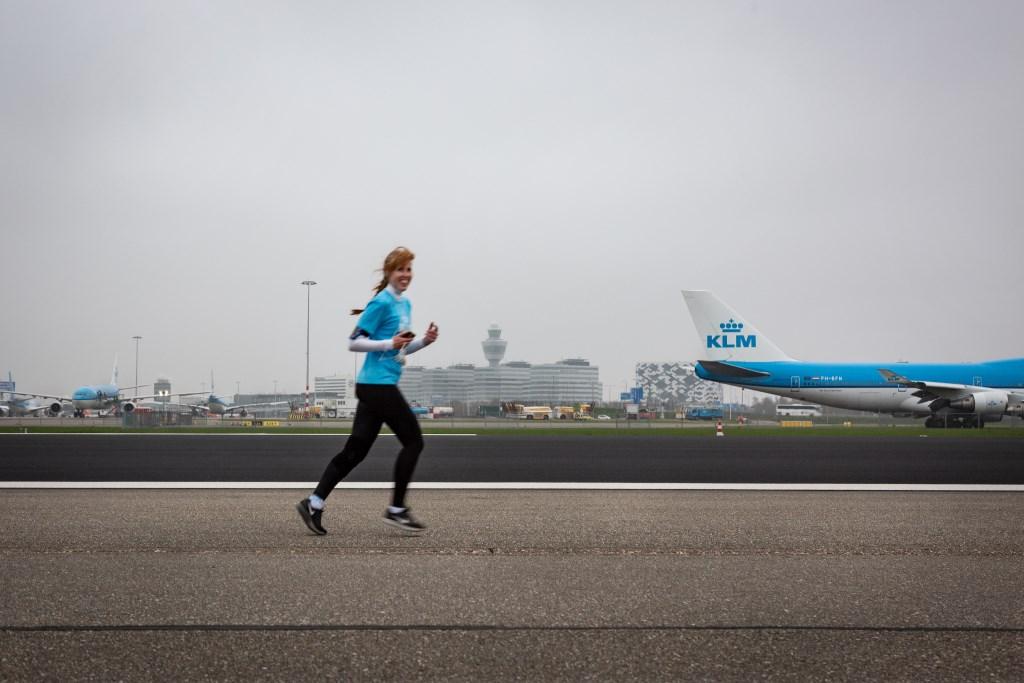 Renners lopen voor de Schipholfonds Run een parcours over de, voor vliegverkeer afgesloten, Zwanenburgbaan.  (Foto: Martine Krekelaar) © rodi