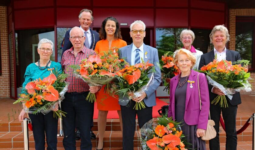 De decorand v.l.n.r.i: Tiny en Siemen Goedhart-Jong, Kees Hink, Marije Reijs Verhoeven en Piet Ligthart. Boven: burgemeester Frank Streng, Andrea van Langen Visbeek en Joke Honselaar Polhuis.