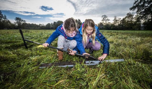 Leerlingen van groep zes van OBS Teun de Jager in Schoorl verzamelen 'bodemtype: EZg21'op het land van boerin Backer.
