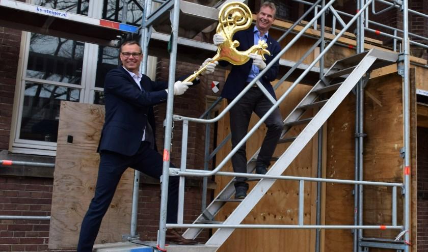 Niels van Ginneken Van Lith (l) en Sjoerd Hooftman Woonopmaat (r) die de haan in z'n handen heeft.