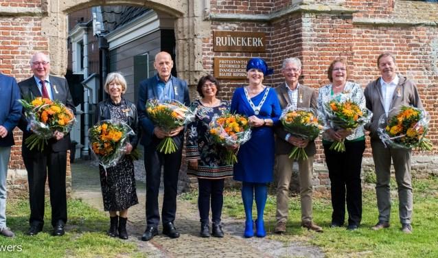 De trotse gedecoreerden met in hun midden burgemeester Hetty Hafkamp.