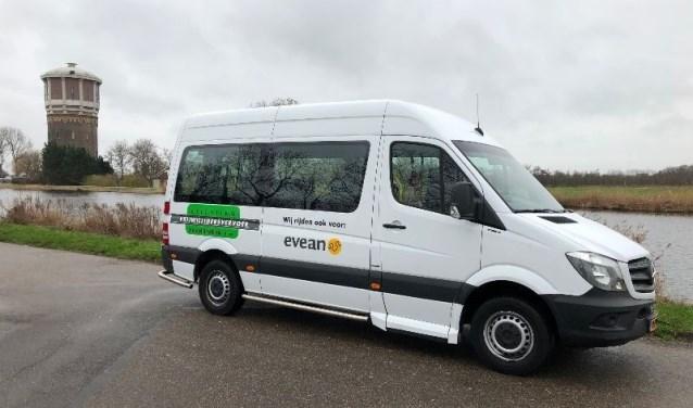 De herkenbare bus van Stichting vrijwilligersvervoer Zaanstreek.