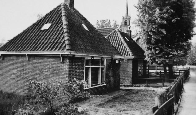 Circa 1950. Van de twee stolpwoningen aan de Herenweg is de voorste gesloopt in 1971.