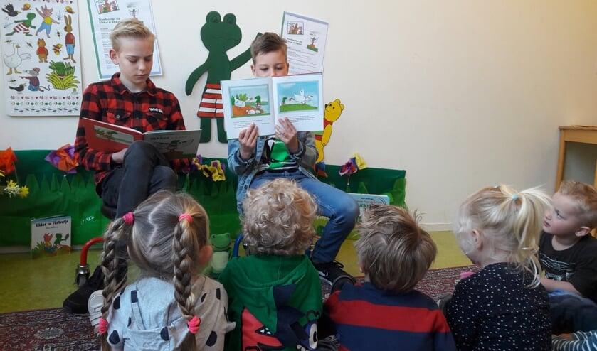 Sebb en Niels lezen voor de peuters van de Kangoeroe.