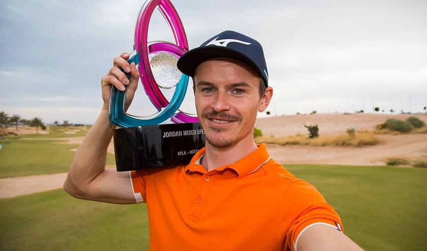 Daan Huizing trots met de trofee van de Jordan Mixed Open.
