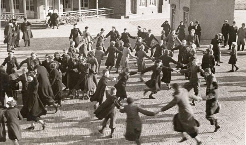 Dansen op het Julianaplein in 1945.