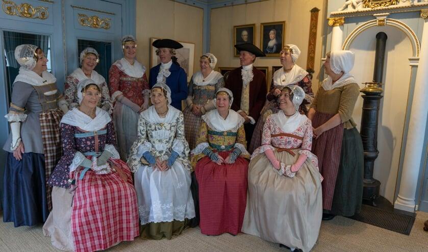 Dames van de Zaanse Kaper in handgemaakte eigen ontwerpen.