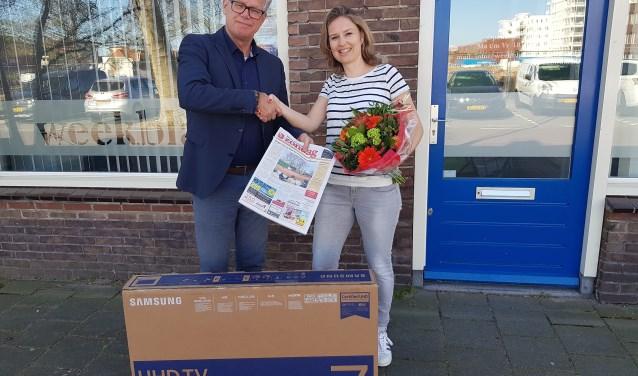 Inge van Wakeren (rechts) wordt gefeliciteerd door commercieel manager Vincent van der Raaij van Rodi Media.