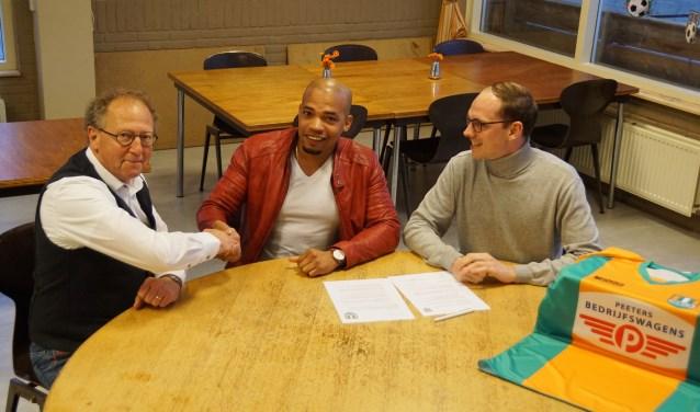 Het contract wordt getekend door trainer Jurgen Roozendal, bestuurslid voetbalzaken Tim Rood en voorzitter Klaas Kruk.