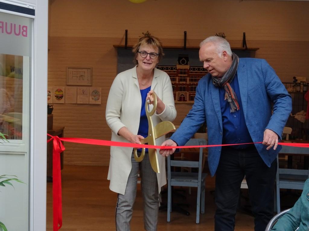De officiële opening van de koffiehoek met wethouder Marie Thérèse Meijs en SIG-directeur Jan Kroft.  © rodi