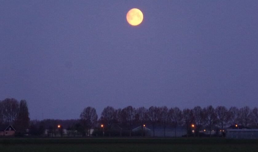 De maan staat mooi te wezen boven de polder van Haarlemmermeer.