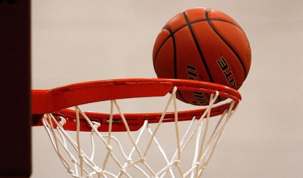 De bal vindt de basket.
